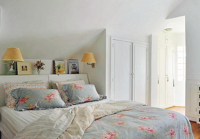 decoracao de interiores estilo romântico:Para dar um toque ainda mais romântico ao quarto use jarros de flores